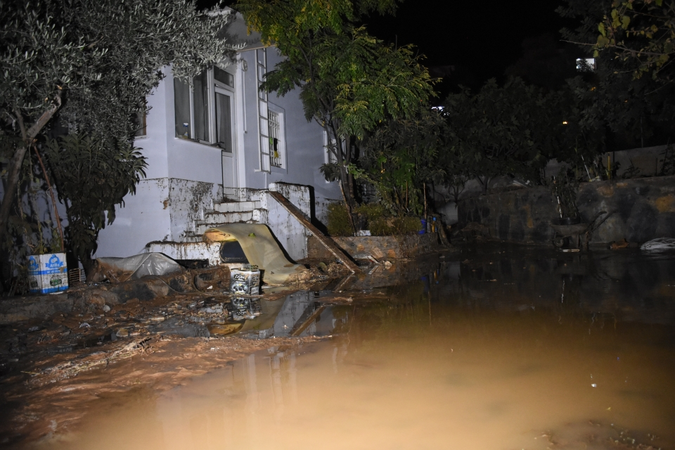 Patlama nedeniyle bazı evleri su bastı, yolda göçük meydana geldi