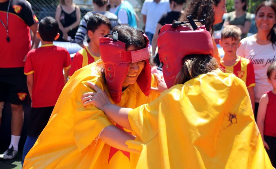 Bodrum'da anneler sumo güreşi ve langırt maçı yaptı