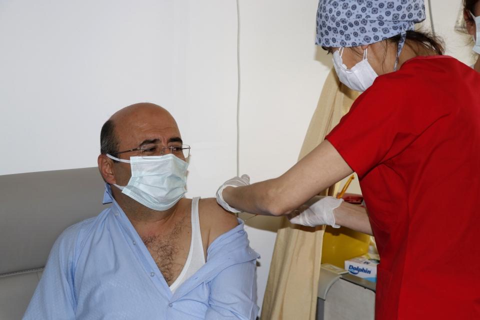 Sağlık çalışanlarına CoronaVac aşısı uygulanıyor