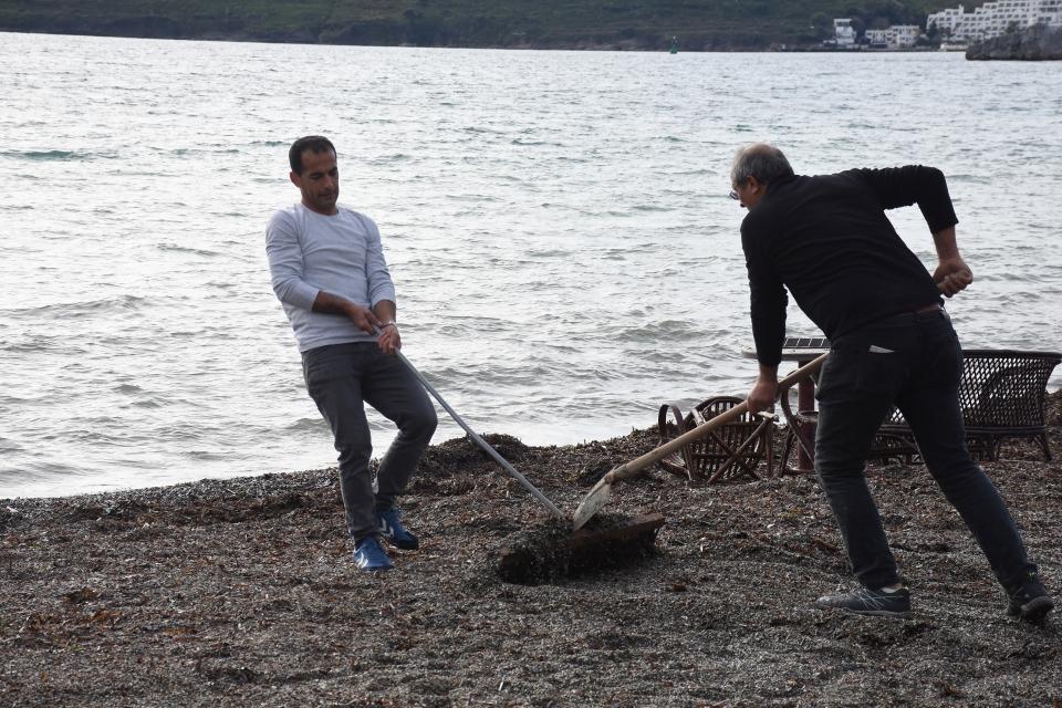 Bodrum'daki fırtınanın ardından sahilde temizlik çalışması