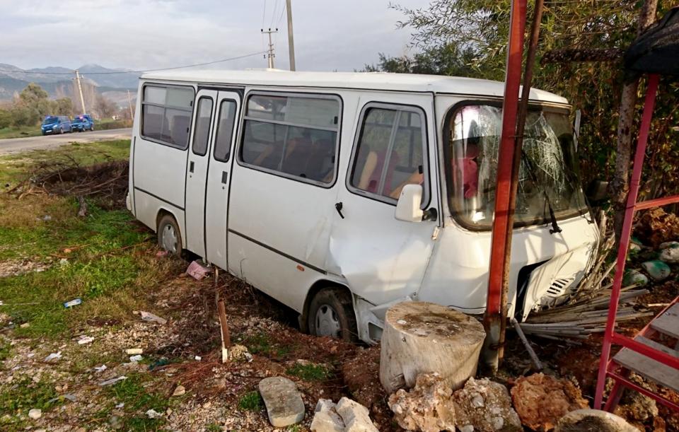 Minibüs reklam panosuna çarptı: 13 yaralı