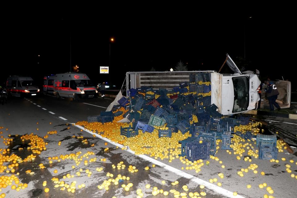 Kamyon ile otomobil çarpıştı: 2 ölü, 1 yaralı
