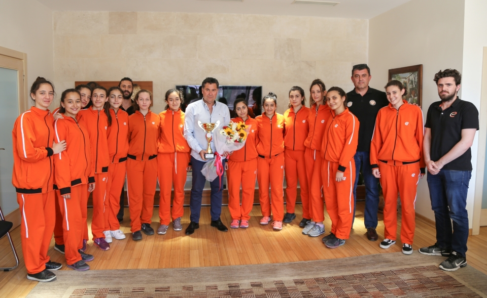 Şampiyon voleybolculardan  Başkan Kocadon'a ziyaret