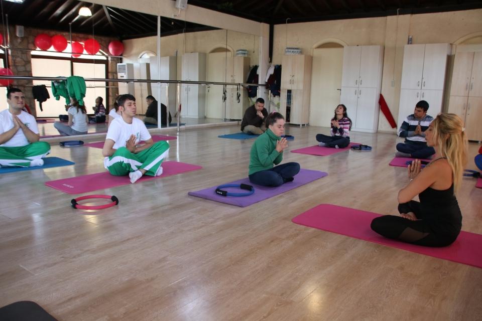Özel öğrenciler pilates ve yoga yapıyor