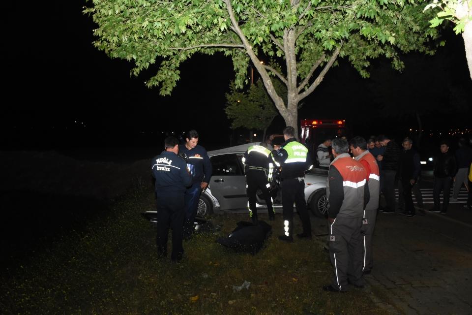 Yol kenarındaki ağaca çarpan sürücü öldü