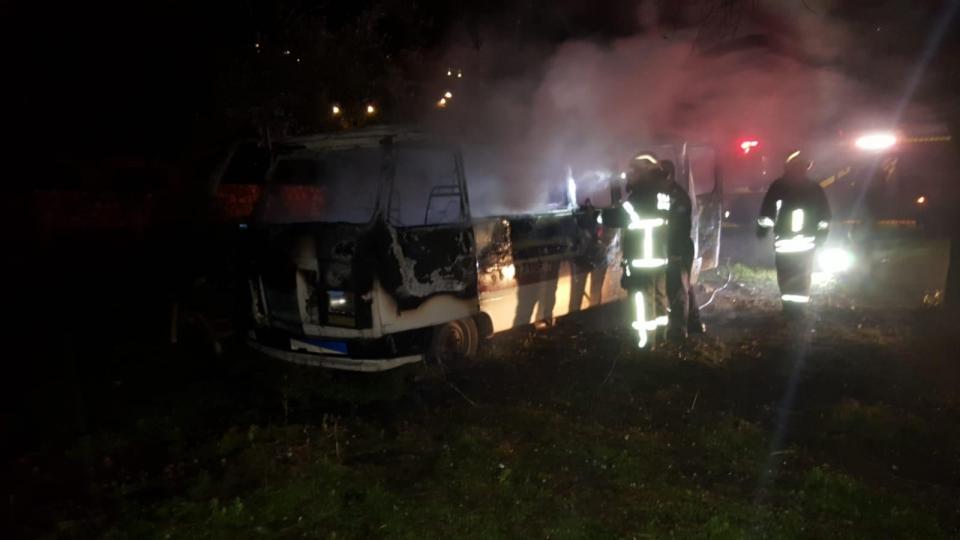 Bodrum'da arazide yakılan ateş minibüse zarar verdi
