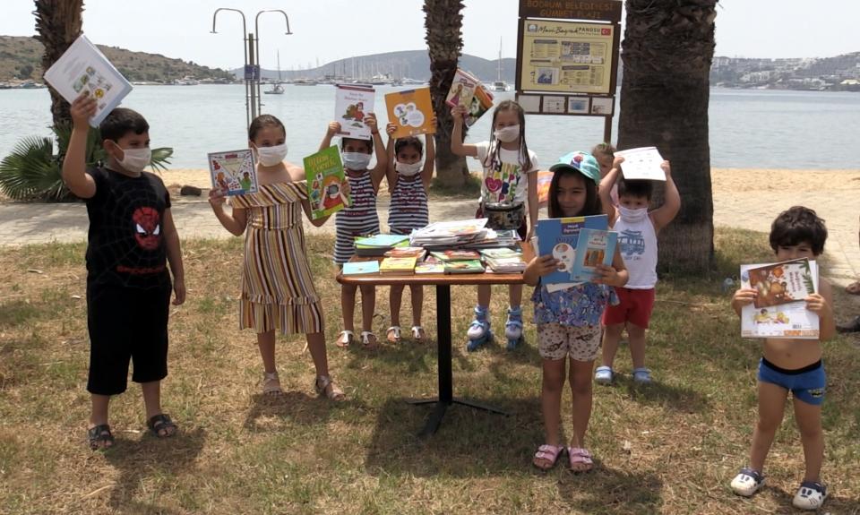 Küçük Meltem doğum gününü  parklarda kitaplarını dağıtarak kutladı