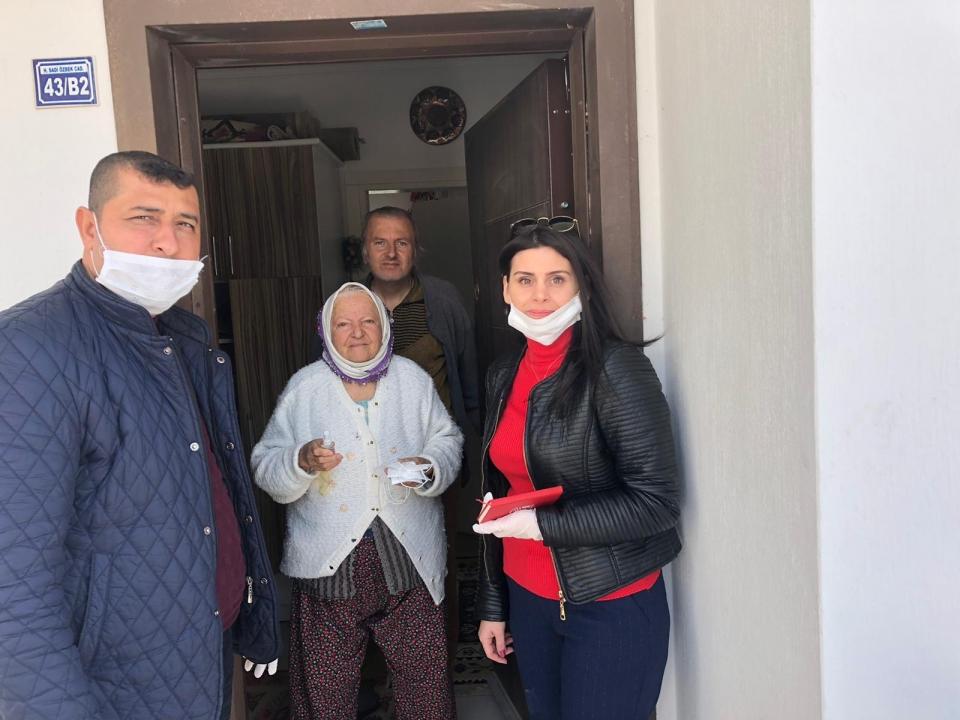 Bodrum'da maske ve kolonya dağıtıldı