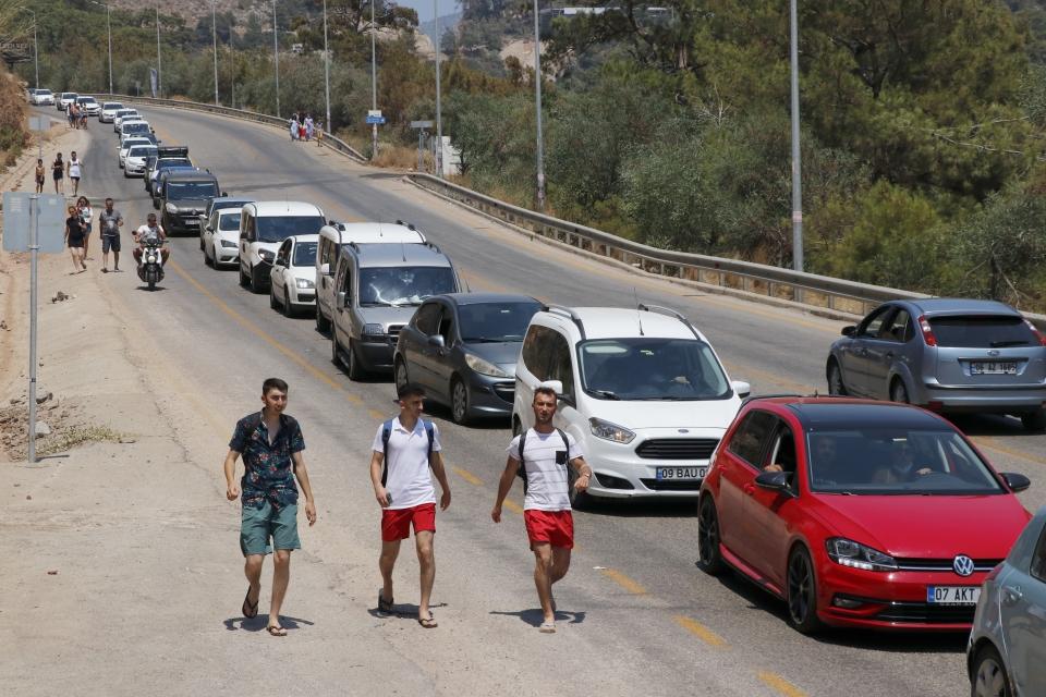 Turizm merkezlerinde sahiller ve trafikte yoğunluk yaşanıyor