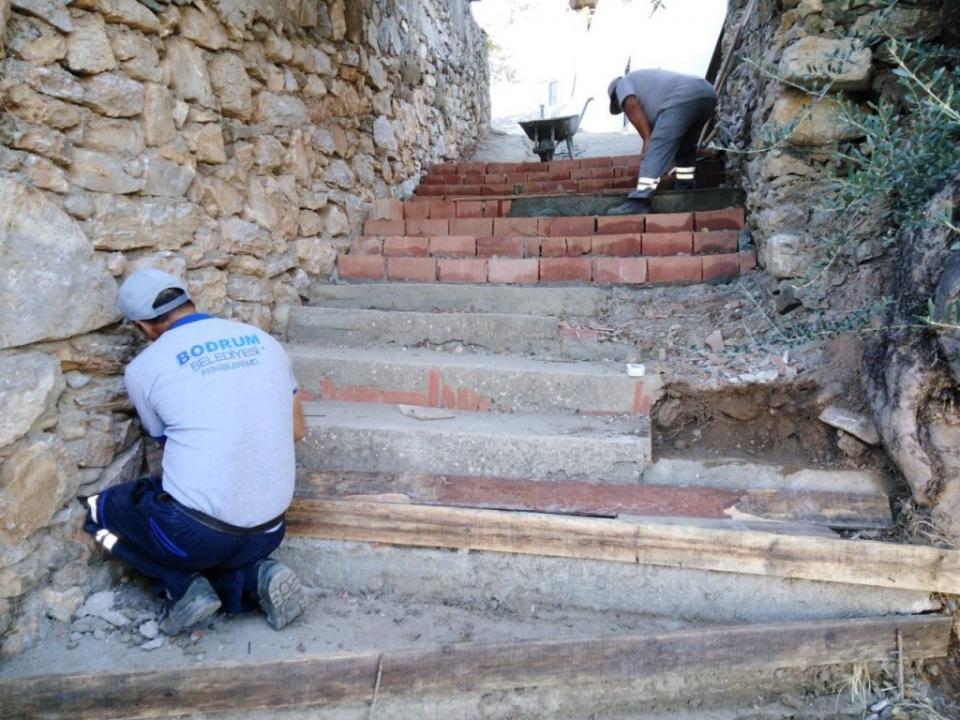 Karaova'da yol ve  kaldırımlar onarılıyor