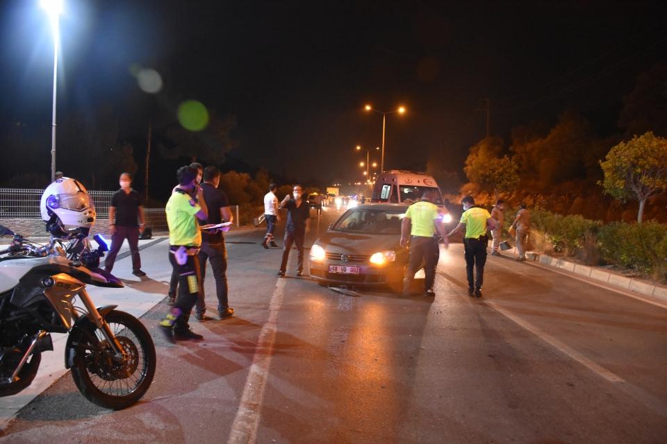 Zincirleme trafik kazası sonucu 1'i polis 3 kişi yaralandı