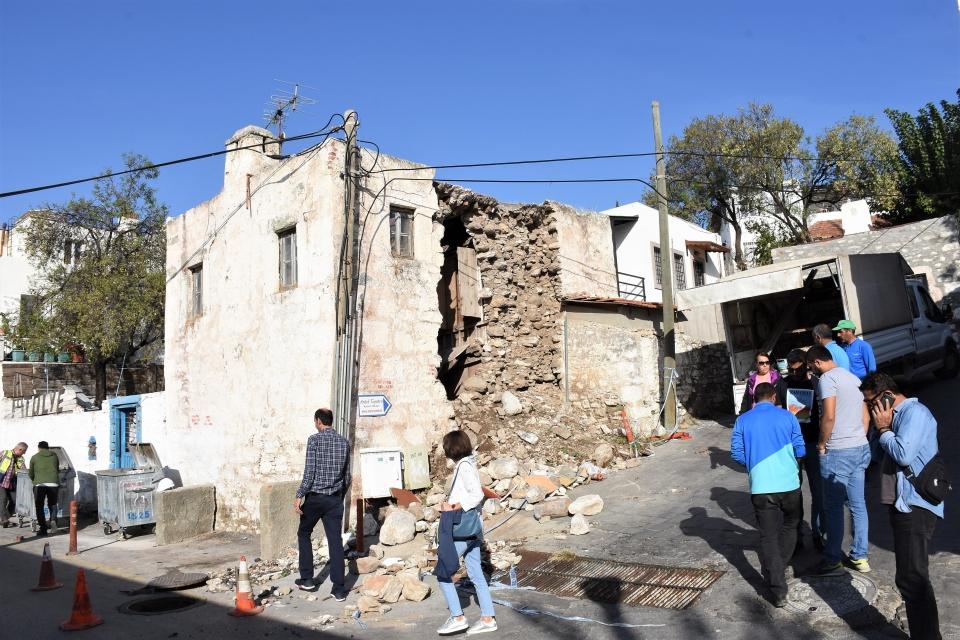 Bir bölümü çöken tescilli yapı yıkıldı