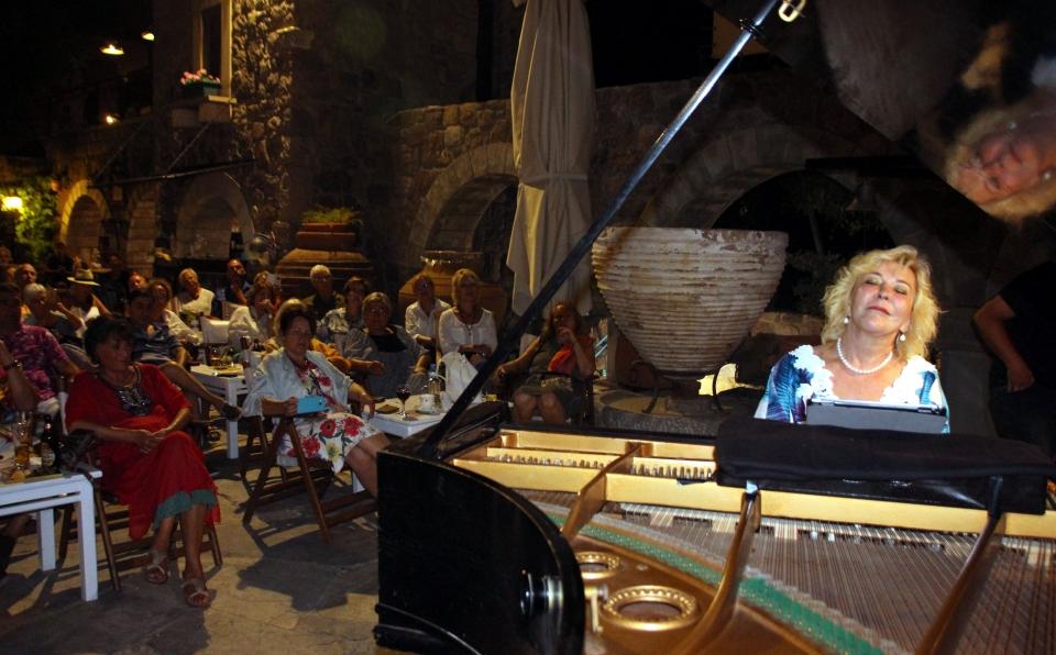 Gülsin Onay, festival yararına Bodrum'da konser verdi