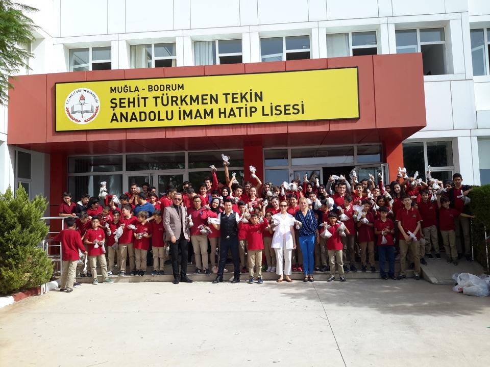 Bodrum Şehit Türkmen Tekin Anadolu İmam Hatip Lisesi Dünya Hayvanlar  Günü'nde mama dağıttılar
