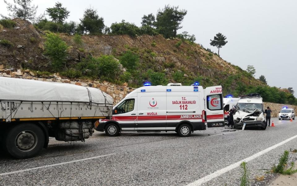 Minibüs ile tır çarpıştı: 14 yaralı