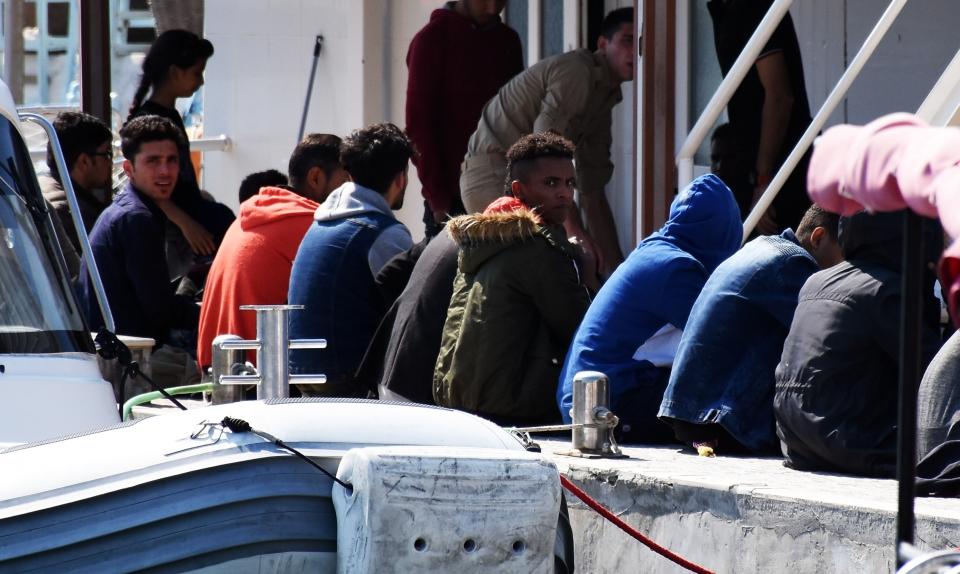 Arızalanan teknedeki  göçmenler kurtarıldı