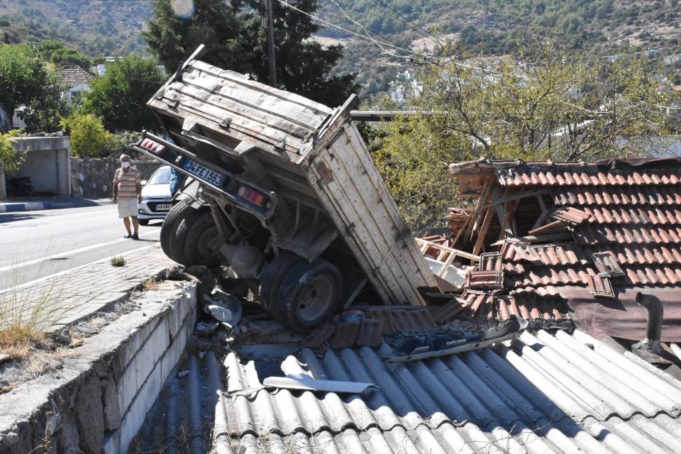 Bodrum'da kamyonet eve girdi: 2 yaralı