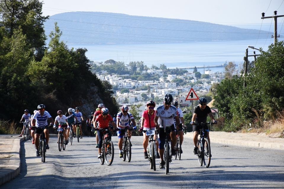 182 katılımcı kentin güzelliklerini bisikletle gezdi