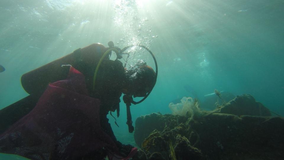Öğrenciler kıyıda dalgıçlar deniz dibinde temizlik yaptı