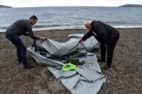 Bodrum'da denizde batmış el yapımı şişme bot bulundu