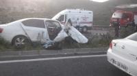 İki otomobil çarpıştı: 2 ölü, 3 yaralı