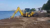 Sahile izinsiz yapılan taş  duvarın yıkımı gerçekleştirildi