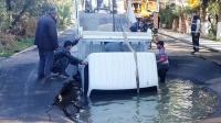 Bodrum'da içme suyu hattındaki  patlama nedeniyle iş yerlerini su bastı