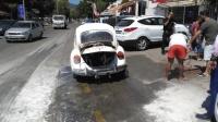 Park halindeki klasik otomobil yandı