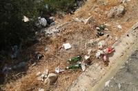 Sahiller ve yol kenarlarına atılan çöpler tek tek toplanıyor