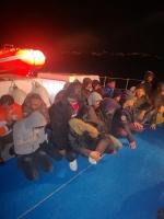 Yelkenli teknede 44 düzensiz göçmen yakalandı