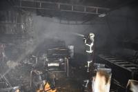Ev yangınında garajdaki otomobil ve eşyalar yandı