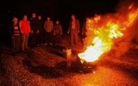 Mahalle girişindeki yolları kapanan bir grup vatandaş, belediye ekiplerini protesto etti