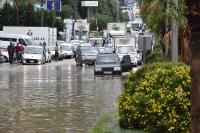 Kara yolu trafiğe kapandı, su taşkınları yaşandı
