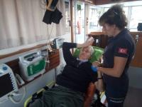 Feribotta parmağı kopan yaralıya deniz ambulansı