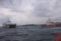 Motoru arızalan feribot limana çekildi