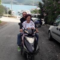 Ünlü oyuncu Fatma Girik motosikletle Bodrum sokaklarında tur attı