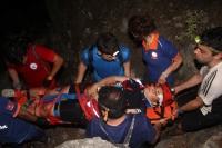 Kayalıklara düşen tatilciyi UMKE 8 saatte kurtardı
