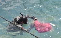 Dalgıçlar, su altından ızgara, araç lastiği, halı ve cam şişe gibi atıklar çıkardı