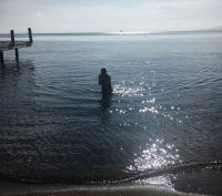 Denize girenler ve sahil keyfi yapanlar ile Kefi'de yazı aratmayan görüntüler