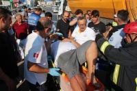 Kamyonet trafik ışıklarındaki araçlara çarptı: 3 yaralı