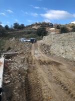 Devrilince parçalara ayrılan traktörün sürücüsü ağır yaralandı