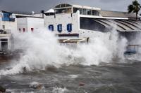 Bodrum'da fırtına:  bir yelkenli tekne karaya oturdu, bazı tekneler su aldı, sahildeki bazı işletmeler de zarar gördü
