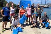 Bodrumspor yüzücüleri çöpleri topladı