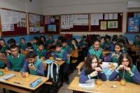 Öğrenciler hazırladıkları portakal suyunu arkadaşlarına ikram ediyor