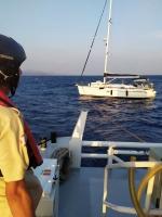 Bodrum açıklarında sürüklenen tekne içindekilerle kıyıya çekildi
