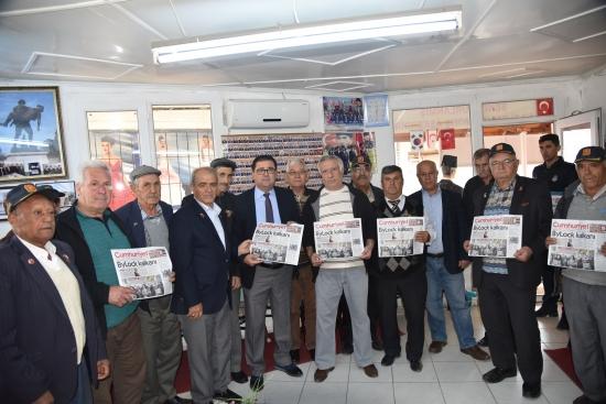 Milaslı Başkan Cumhuriyet Gazetesi dağıttı