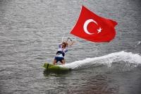 Rüzgarın çocukları Türk bayraklarıyla gösteri yaptı